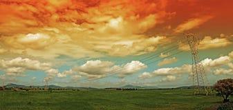 Chmury nad przekazu wierza przy półmrokiem Obrazy Stock