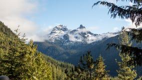 Chmury nad skalistych gór szczyty zdjęcie royalty free