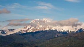 Chmury nad skalistych gór szczyty obrazy royalty free