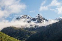 Chmury nad skalistych gór szczyty zdjęcie stock