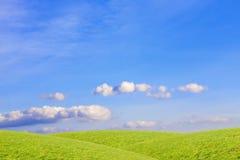 Chmury nad zielenią, trawiaści wzgórza krajobrazu wiejskiego zdjęcia royalty free