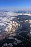 Chmury nad ziemia śnieżyści pola Fotografia Stock