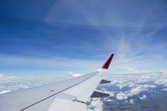 Chmury, nieba i samolotu skrzydło Od samolotu okno, Fotografia Stock