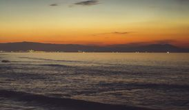 Chmury niebieskie niebo i złota światła słonecznego zmierzch na horyzontu oceanie, tła seascape atmosfery promieni dramatyczny ws Obraz Royalty Free