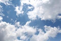 Chmury, niebieskie niebo, Jaskrawy słońce zdjęcia stock