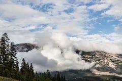 Chmury obniżają że góra kanadyjskie góry skaliste Obrazy Stock