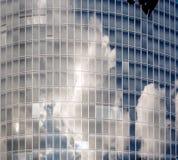 Chmury odbijać w okno Obrazy Stock