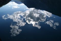 Chmury odbija w lustrze jak halny jezioro zdjęcie stock