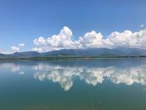 Chmury odbijają w jeziorze Obrazy Stock