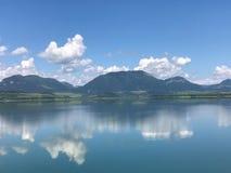 Chmury odbijają w jeziorze Obraz Royalty Free