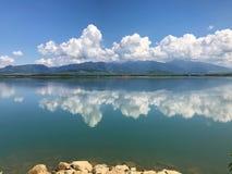Chmury odbijają w jeziorze Zdjęcia Royalty Free