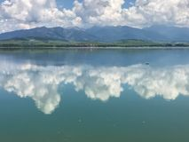 Chmury odbijają w jeziorze Obraz Stock