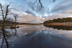 Chmury odbijali mnie wewnątrz uspokajają jezioro w Szwecja obrazy stock