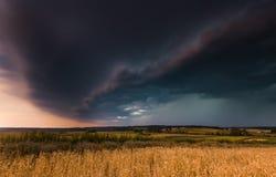 chmury odpowiadają nad burzy banatką fotografia stock