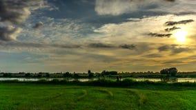Chmury płynie w niebie przy zmierzchem nad Vistula rzeką zdjęcie wideo