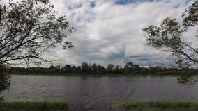 Chmury pływanie nad rzeką w lecie zdjęcie wideo
