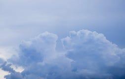 Chmury patrzeją jak tygrysia komarnica niebo Fotografia Royalty Free