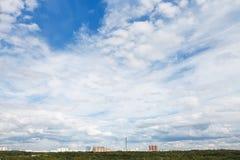 Chmury pierzastej i cumulusów białe chmury wewnątrz nad miastem Zdjęcie Royalty Free
