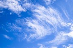 Chmury pierzastej i cumulusu chmury Nadziemski krajobraz z chmurami Cumulus chmury w niebie Obraz Royalty Free