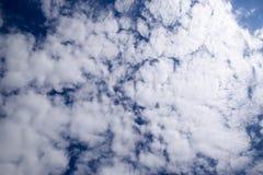 Chmury pierzastej i cumulusu chmury Nadziemski krajobraz z chmurami Cumulus chmury w niebie Obraz Stock