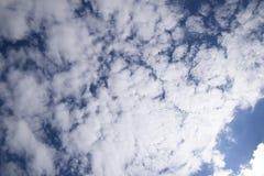 Chmury pierzastej i cumulusu chmury Nadziemski krajobraz z chmurami Cumulus chmury w niebie Fotografia Royalty Free