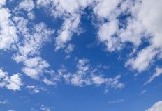 Chmury pierzastej i cumulusu chmury Nadziemski krajobraz z chmurami Cumulus chmury w niebie Zdjęcia Stock