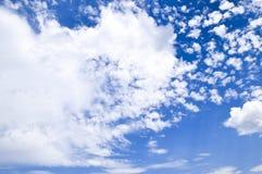 Chmury pierzastej i cumulusu chmury Nadziemski krajobraz z chmurami Cumulus chmury w niebie Obrazy Stock