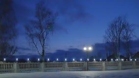 Chmury przez nocne niebo Timelapse zbiory