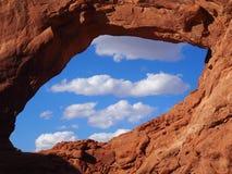 Chmury przez okno łuku, łuki parki narodowi, Utah fotografia stock