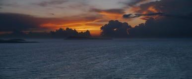 Chmury przy zmierzchem widzieć od Corfu, panoramicznego Obrazy Royalty Free