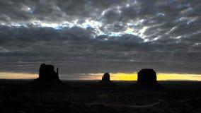 Chmury rozciągać nad pustyni skały krajobrazu timelapse zbiory wideo