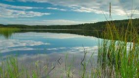Chmury rusza się nad jeziorem Timelapse zbiory