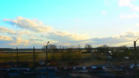 Chmury rusza się nad polem Wiosna krajobraz z drogą Timelapse materiał filmowy zbiory