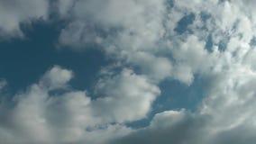 Chmury Rusza się W Błękitny Czysty nieba time lapse zbiory