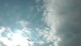 Chmury Rusza się W Błękitny Czysty nieba time lapse zbiory wideo