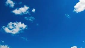 Chmury rusza się w niebieskim niebie zbiory wideo