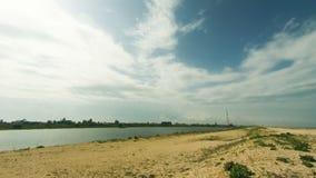 Chmury ruszają się przez niebo morzem na plaży zbiory