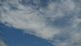 Chmury Ruszają się w niebieskim niebie Timelapse zbiory