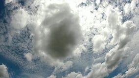 Chmury ruszaj? si? szybko w niebie w dniu jaskrawym zbiory