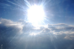 Chmury, słońce, niebo jak widzieć okno samolot Fotografia Stock