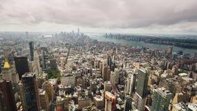 Chmury szybko latają nad Manhattan, pięknie iluminuje drapacz chmur w centrum Nowy Jork z promieniami obrazy stock