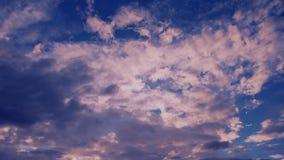 Chmury unosi się na niebieskim niebie przy jaskrawym słonecznym dniem zbiory