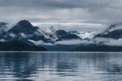 Chmury w górach na popielatym ranku Fotografia Stock