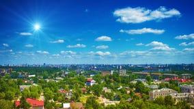Chmury w nieba above zielonym mieście Zdjęcie Stock