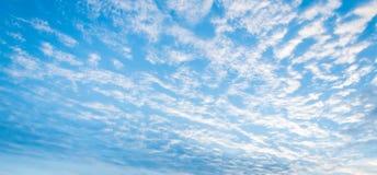 Chmury w niebie przy zmierzchem Obrazy Stock