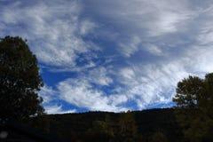 Chmury w niebie z cieniami drzewa w Francuskich Pyrenees Obraz Stock