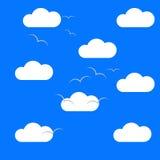 Chmury w niebie z ptakami Obrazy Stock
