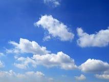 Chmury w niebieskiego nieba tle Zdjęcie Royalty Free
