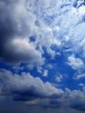 Chmury w niebieskiego nieba tle Zdjęcia Stock