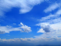 Chmury w niebieskiego nieba tle Obraz Stock